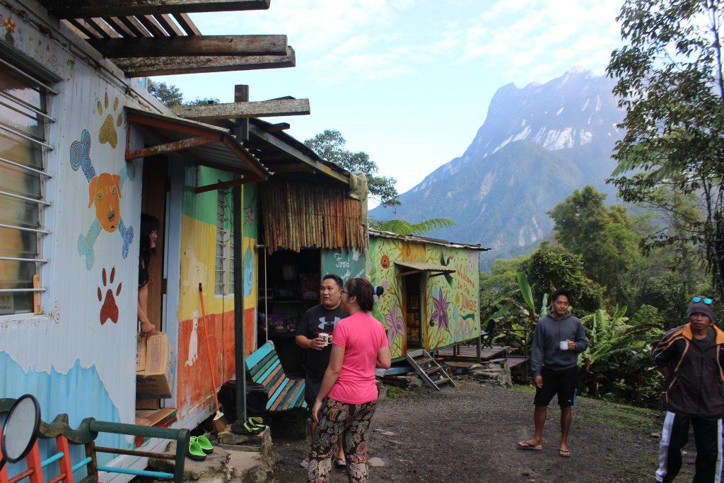Immer voller Leben: Jacks Hostel ''Jungle Jack'' - im Hintergrund der imposante Mount Kinabalu