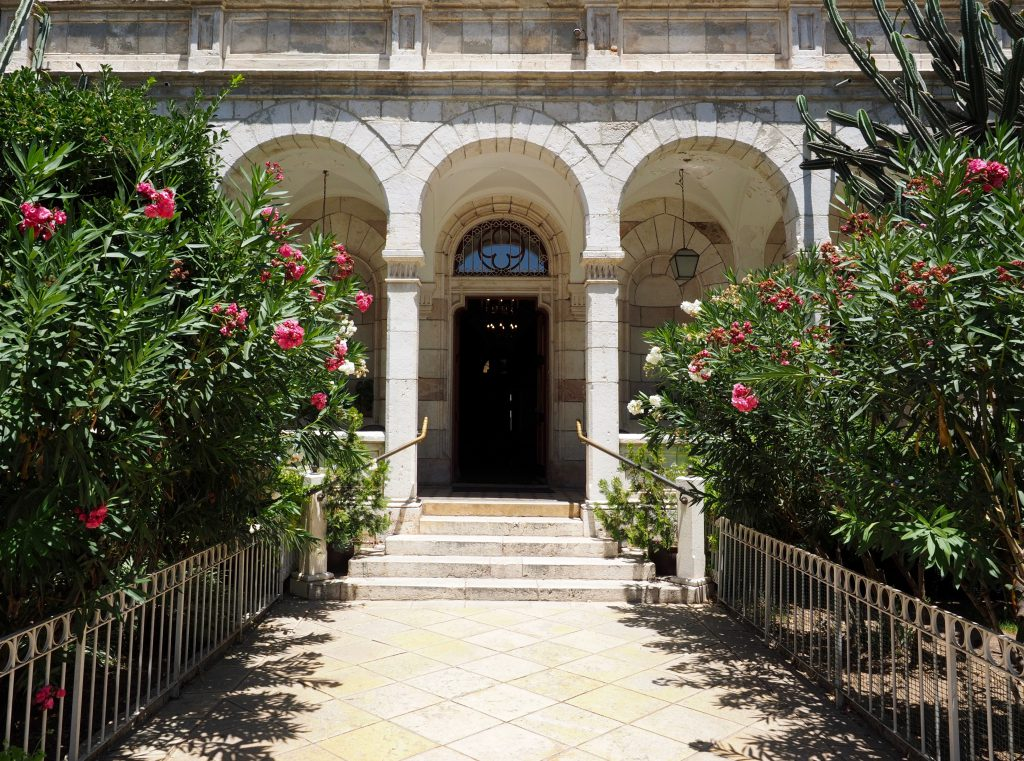 Der imposante Eingang des Austrian Hospitz, Foto Jörg Heidjann