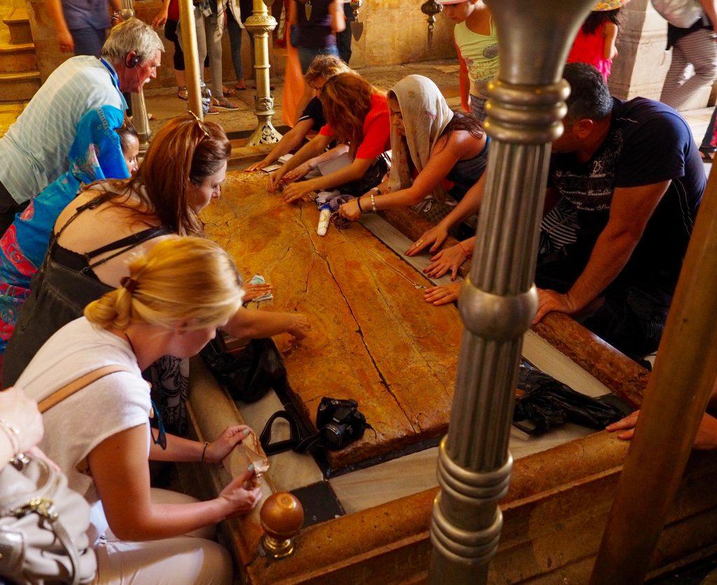 Gläubige Christen in der Grabeskirche - Foto Jörg Heidjann