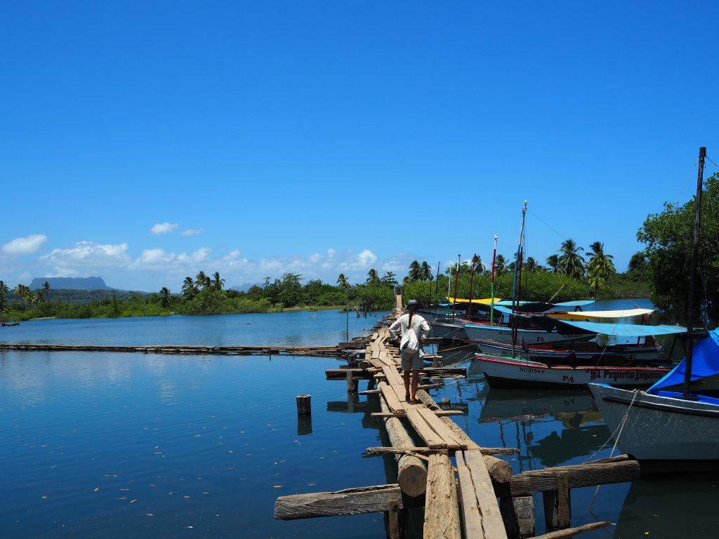 Abenteuerlicher Steg über den Río de Miel bei Baracoa